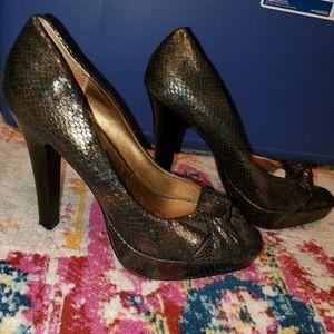 💚STEVE MADDEN snakeskin goldblack peekaboo heels